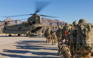 Militari americani che salgono su areo militare